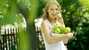woman_eating_green_apples_46441000